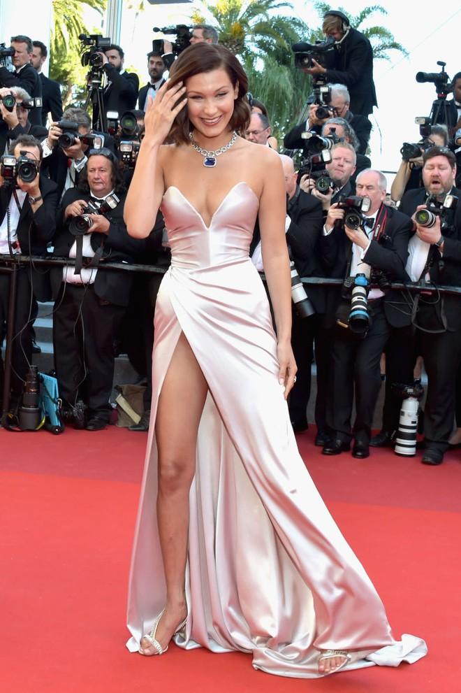 Siêu mẫu Bella Hadid diện váy xẻ để lộ nội y trên thảm đỏ LHP Cannes - Ảnh 1.