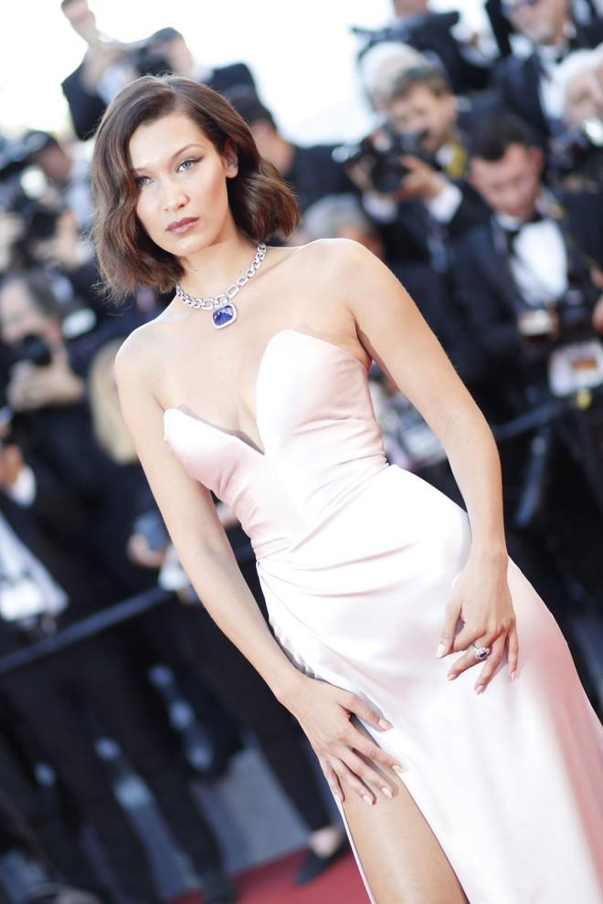 Siêu mẫu Bella Hadid diện váy xẻ để lộ nội y trên thảm đỏ LHP Cannes Ảnh 2.