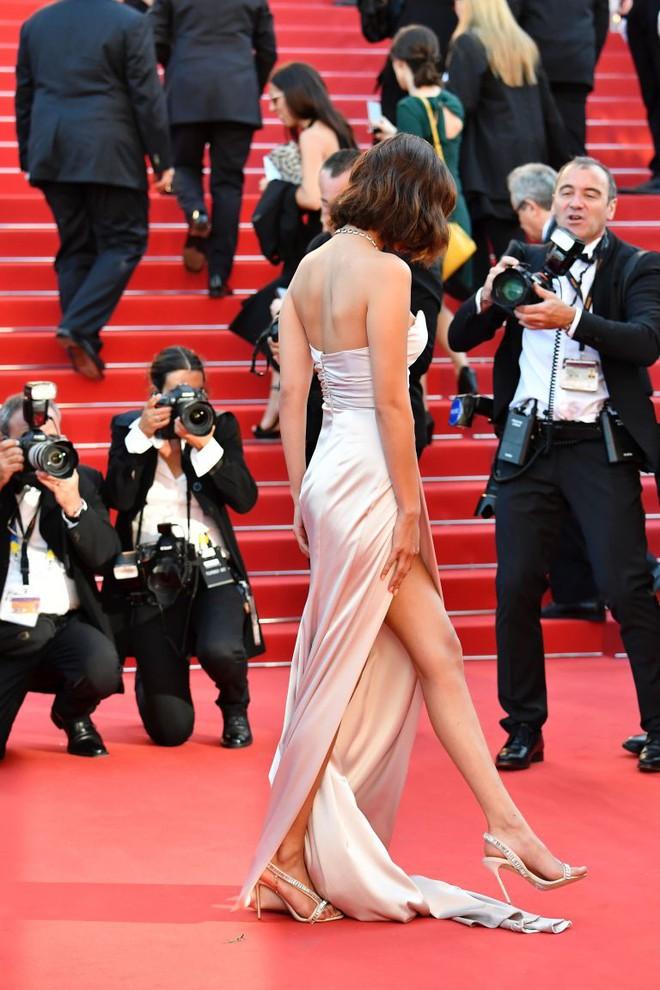 Siêu mẫu Bella Hadid diện váy xẻ để lộ nội y trên thảm đỏ LHP Cannes - Ảnh 3.