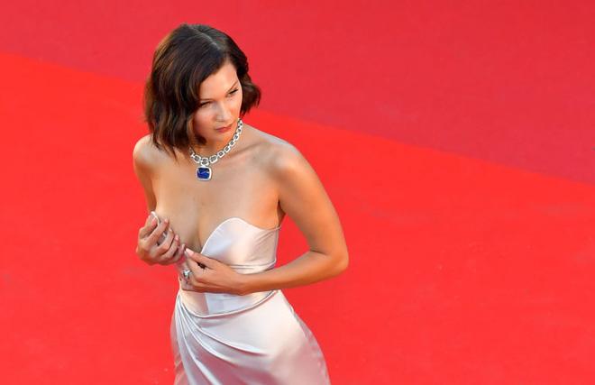 Siêu mẫu Bella Hadid diện váy xẻ để lộ nội y trên thảm đỏ LHP Cannes - Ảnh 6.