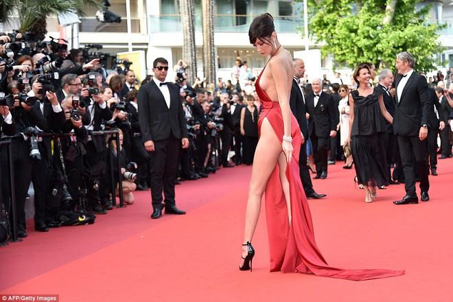 Siêu mẫu Bella Hadid diện váy xẻ để lộ nội y trên thảm đỏ LHP Cannes - Ảnh 8.