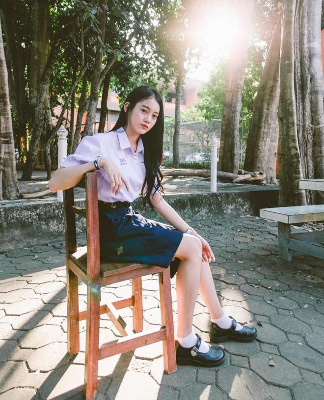 Chỉ cần diện đồng phục học sinh thôi, cô bạn Thái Lan sinh 2000 đã xinh hết phần người ta! - Ảnh 4.