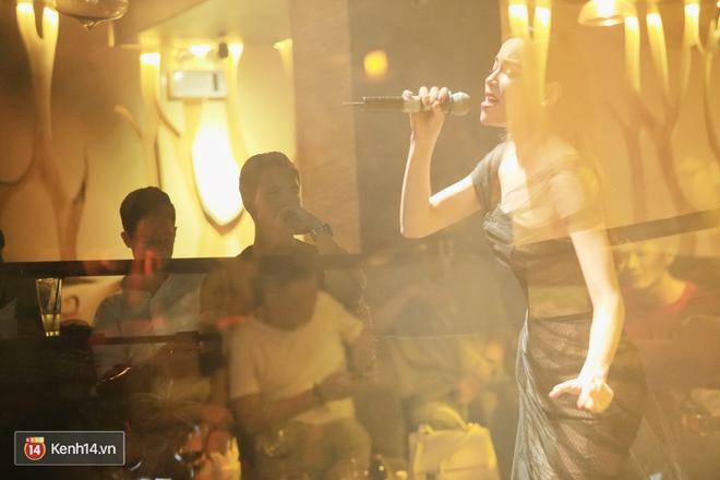 Kim Lý theo Hồ Ngọc Hà ra Hà Nội tổ chức mini show, ngồi một góc ở phòng trà ủng hộ bạn gái - Ảnh 3.