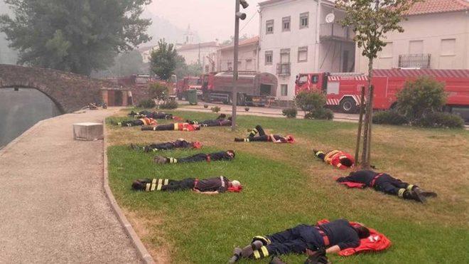 Hình ảnh những người lính cứu hỏa nằm gục trên bãi cỏ khiến cả thế giới cúi mình khâm phục 1