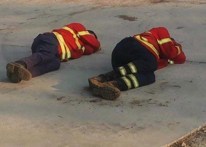 Hình ảnh những người lính cứu hỏa nằm gục trên bãi cỏ khiến cả thế giới cúi mình khâm phục 4
