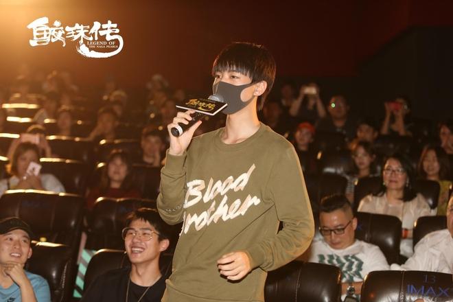 Chưa đủ tuổi vị thành niên, Vương Tuấn Khải (TFBoys) được đàn anh chăm sóc tận tình khi đi xem phim có cảnh hot - Ảnh 3.