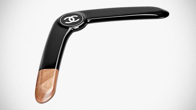 Chanel làm ra chiếc boomerang giá 32 triệu đồng và nó đang khiến netizen bối rối vô cùng - Ảnh 1.