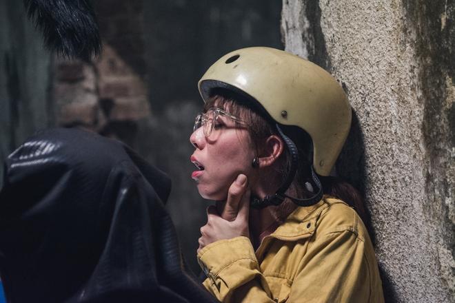 Thu Trang suýt gãy chân khi bị Tiến Luật đè lên giường trong Chí Phèo ngoại truyện - Ảnh 6.