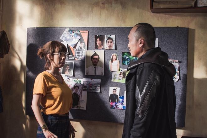Thu Trang suýt gãy chân khi bị Tiến Luật đè lên giường trong Chí Phèo ngoại truyện - Ảnh 5.