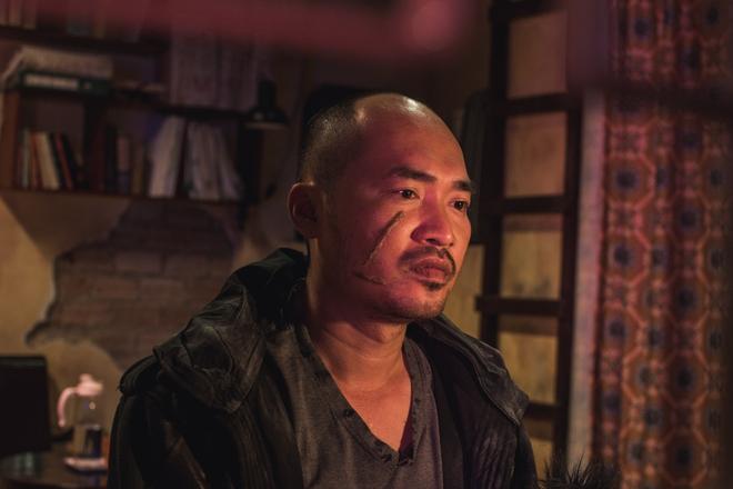 Thu Trang suýt gãy chân khi bị Tiến Luật đè lên giường trong Chí Phèo ngoại truyện - Ảnh 7.