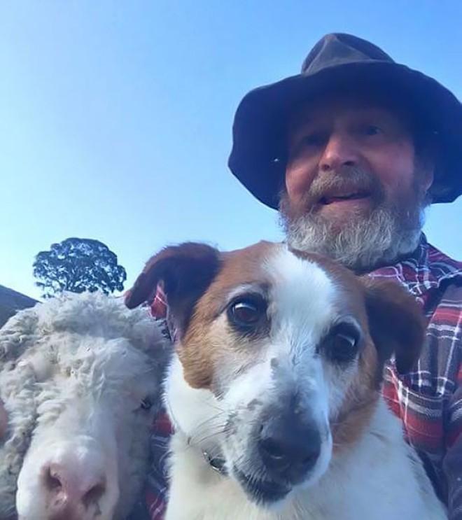 Con gái dạy bố chụp ảnh tự sướng, ngờ đâu bố và chó cưng bỗng nổi như cồn - Ảnh 3.
