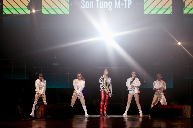 Sơn Tùng M-TP bắt tay Bi Rain sau khi diễn xong đại nhạc hội tại Thái Lan - Ảnh 11.