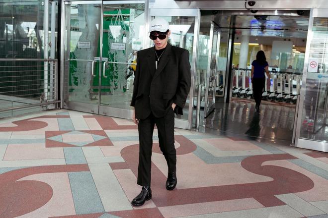 Sơn Tùng M-TP nổi bật với phong cách cực ngầu tại sân bay - Ảnh 1.