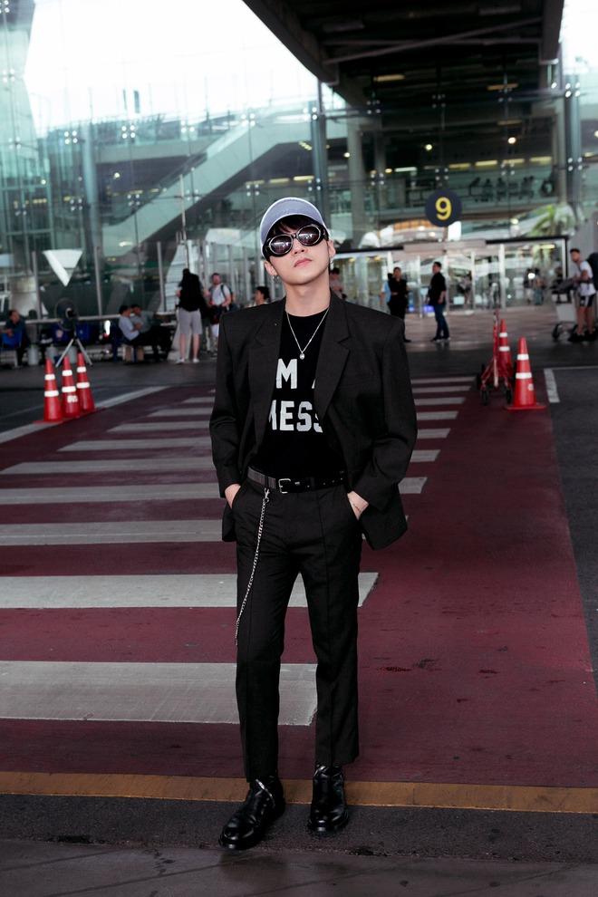 Sơn Tùng M-TP nổi bật với phong cách cực ngầu tại sân bay - Ảnh 6.