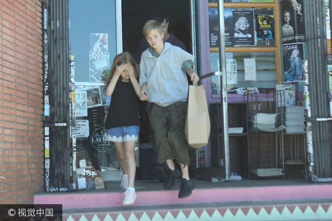 Đều là con gái ruột Angelina Jolie nhưng bé lớn thì nam tính, bé út lại yểu điệu - Ảnh 3.