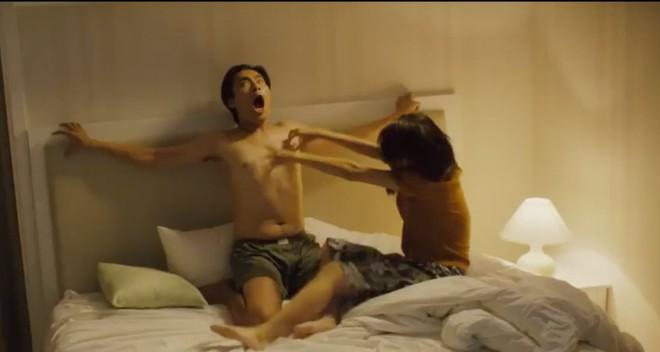 Gái ế Quỳnh Anh Shyn tra tấn Kiều Minh Tuấn trên... giường - Ảnh 3.