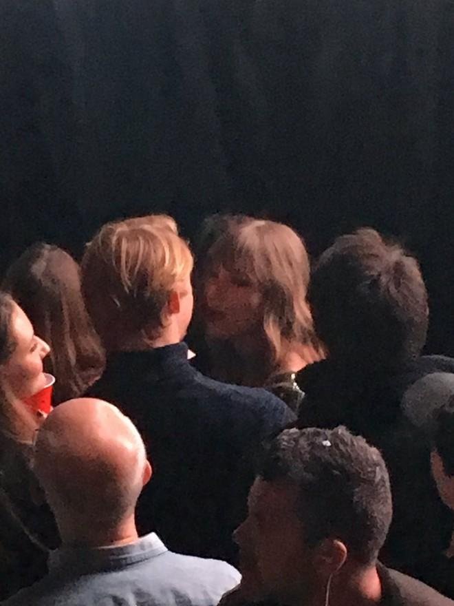 Taylor Swift và người yêu điển trai hết nhảy tình tứ lại ôm hôn nhau giữa concert - Ảnh 3.