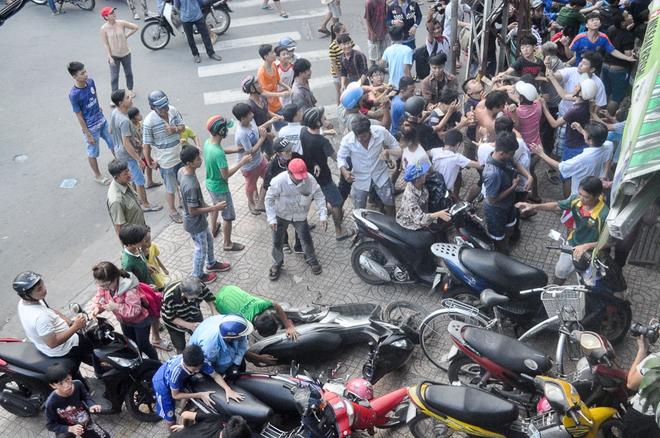 Clip: Hàng trăm người dân đánh nhau giành tiền cúng cô hồn gây náo loạn đường phố Sài Gòn - Ảnh 2.