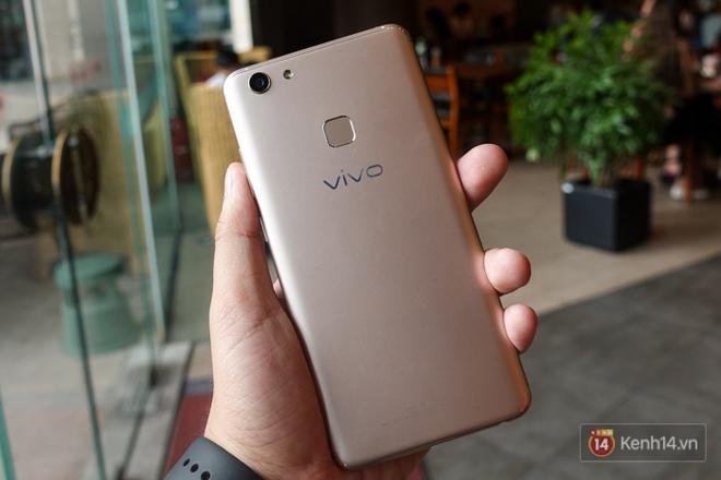 Đánh giá chi tiết Vivo V7+: Thiết kế viền mỏng đẹp, chất lượng camera selfie tốt, giá 8 triệu đồng! - ảnh 3
