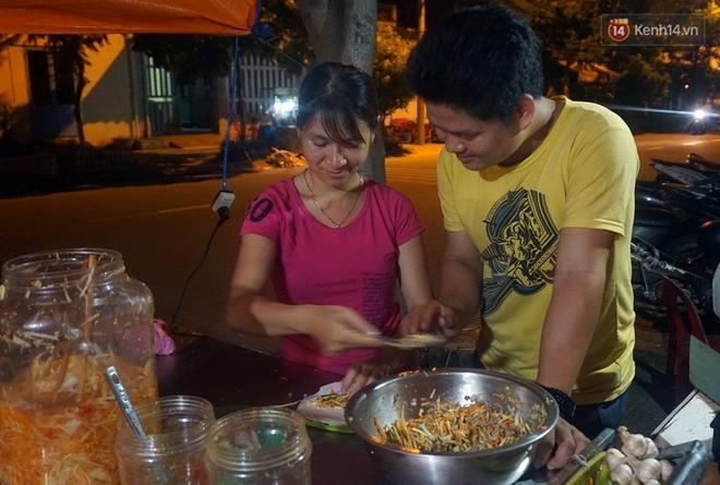 """""""Hạnh phúc không lời"""" nơi quán ăn vặt dễ thương của đôi vợ chồng trẻ bị câm điếc ở Đà Nẵng - Ảnh 12."""