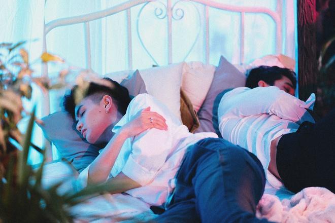 Đào Bá Lộc hé lộ khoảnh khắc chung giường với bạn trai ngoại quốc trong teaser MV mới - ảnh 1