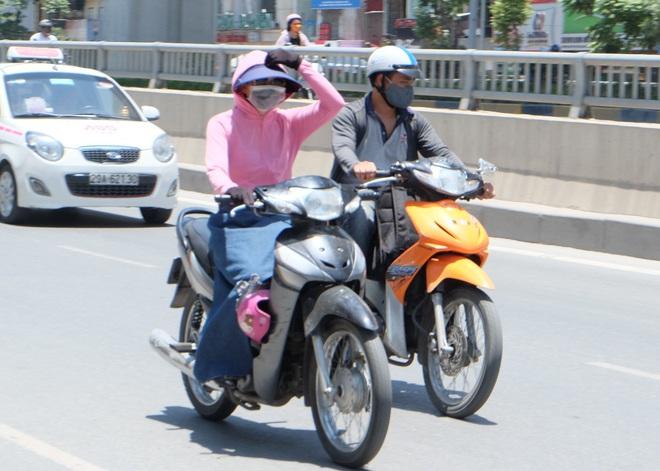 Người Hà Nội quấn chăn, quần áo kín mít tránh nắng nóng kỷ lục trong 40 năm qua - Ảnh 6.