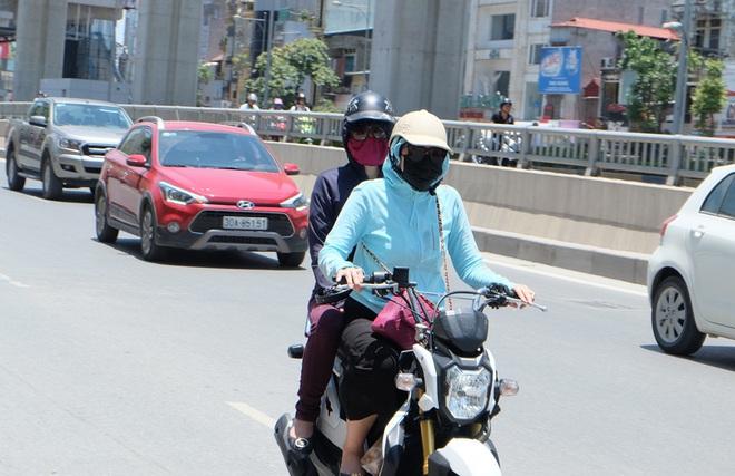 Người Hà Nội quấn chăn, quần áo kín mít tránh nắng nóng kỷ lục trong 40 năm qua - Ảnh 2.