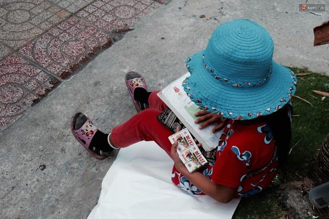 Anh nhân viên ngân hàng dành giờ nghỉ trưa dạy chữ cho cô bé vé số ngay trên vỉa hè Sài Gòn - Ảnh 6