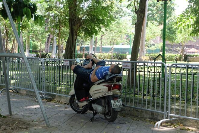 Người Hà Nội quấn chăn, quần áo kín mít tránh nắng nóng kỷ lục trong 40 năm qua - Ảnh 10.
