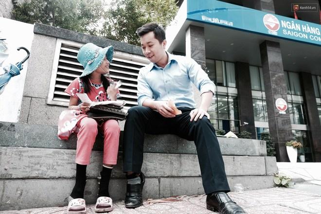 Anh nhân viên ngân hàng dành giờ nghỉ trưa dạy chữ cho cô bé vé số ngay trên vỉa hè Sài Gòn - Ảnh 10