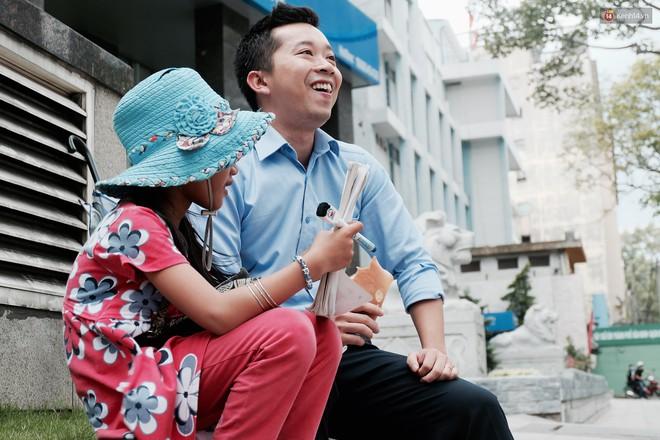 Anh nhân viên ngân hàng dành giờ nghỉ trưa dạy chữ cho cô bé vé số ngay trên vỉa hè Sài Gòn - Ảnh 7