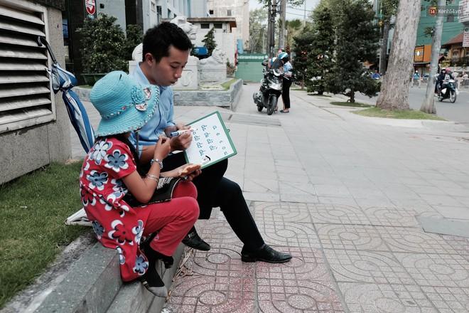 Anh nhân viên ngân hàng dành giờ nghỉ trưa dạy chữ cho cô bé vé số ngay trên vỉa hè Sài Gòn - Ảnh 12