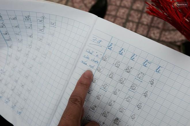 Anh nhân viên ngân hàng dành giờ nghỉ trưa dạy chữ cho cô bé vé số ngay trên vỉa hè Sài Gòn - Ảnh 11