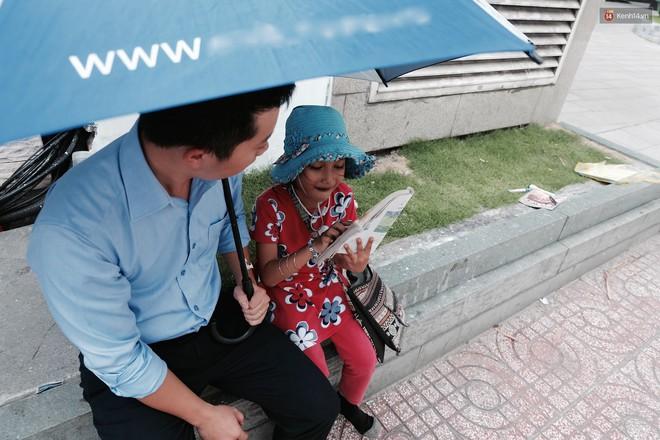 Anh nhân viên ngân hàng dành giờ nghỉ trưa dạy chữ cho cô bé vé số ngay trên vỉa hè Sài Gòn - Ảnh 5