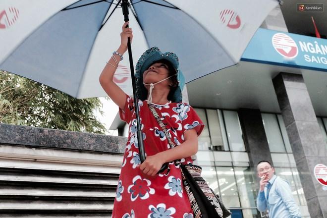 Anh nhân viên ngân hàng dành giờ nghỉ trưa dạy chữ cho cô bé vé số ngay trên vỉa hè Sài Gòn - Ảnh 4