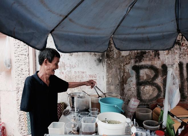 Chuyện của chú Ba Sài Gòn - Người đàn ông 40 năm đẩy xe bán chè vỉa hè chỉ bằng một tay - Ảnh 2.