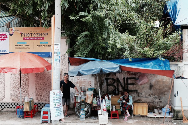 Chuyện của chú Ba Sài Gòn - Người đàn ông 40 năm đẩy xe bán chè vỉa hè chỉ bằng một tay - Ảnh 1.