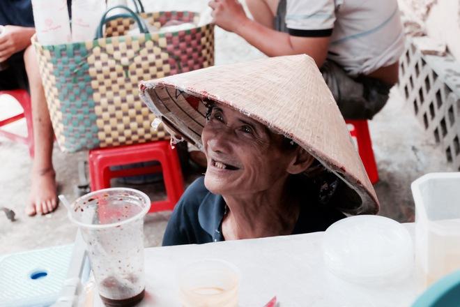 Chuyện của chú Ba Sài Gòn - Người đàn ông 40 năm đẩy xe bán chè vỉa hè chỉ bằng một tay - Ảnh 9.