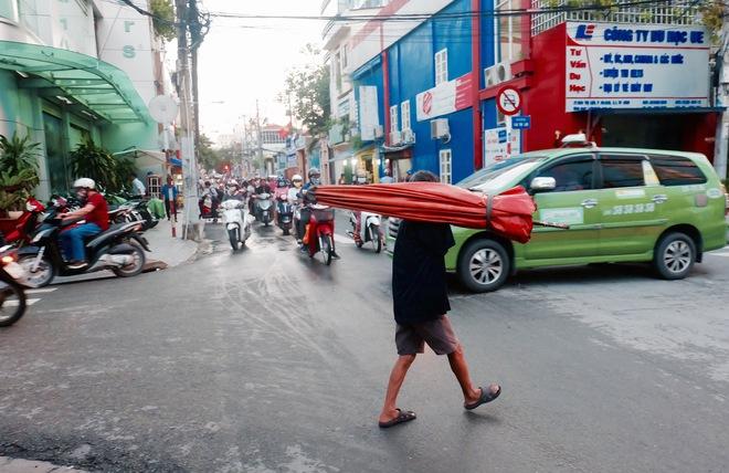 Chuyện của chú Ba Sài Gòn - Người đàn ông 40 năm đẩy xe bán chè vỉa hè chỉ bằng một tay - Ảnh 3.