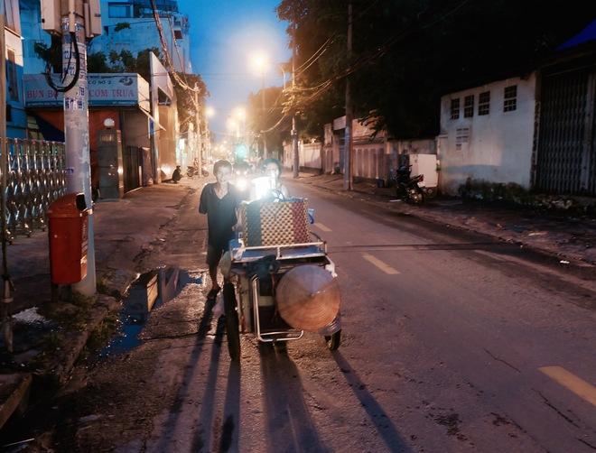 Chuyện của chú Ba Sài Gòn - Người đàn ông 40 năm đẩy xe bán chè vỉa hè chỉ bằng một tay - Ảnh 7.