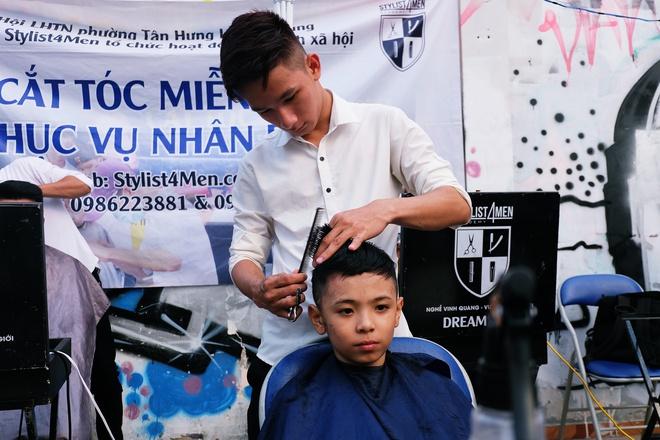 Chất như người Sài Gòn: Đem đồ nghề ra bãi đất hoang cắt tóc miễn phí cho người lao động - Ảnh 4.