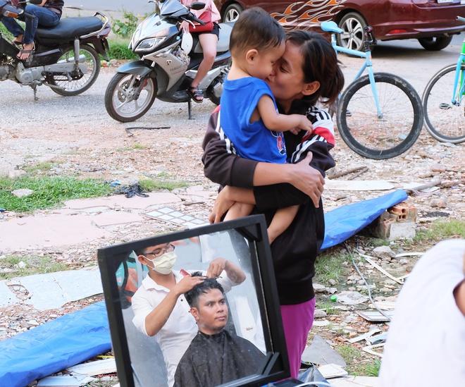 Chất như người Sài Gòn: Đem đồ nghề ra bãi đất hoang cắt tóc miễn phí cho người lao động - Ảnh 10.