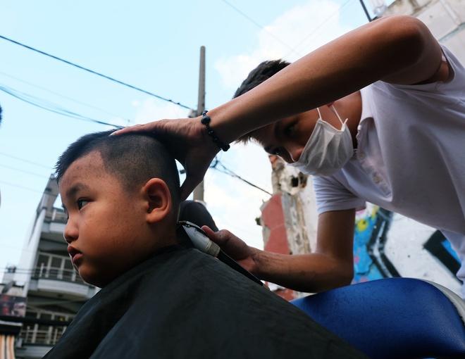 Chất như người Sài Gòn: Đem đồ nghề ra bãi đất hoang cắt tóc miễn phí cho người lao động - Ảnh 6.