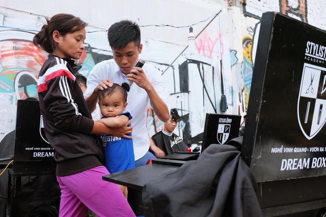 Chất như người Sài Gòn: Đem đồ nghề ra bãi đất hoang cắt tóc miễn phí cho người lao động - Ảnh 7.