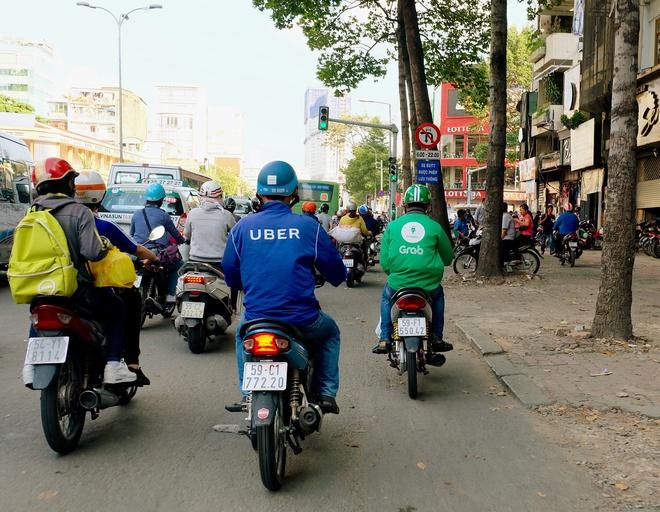 Sau 3 năm xuất hiện, Uber và Grab đã thay đổi thói quen di chuyển bằng xe ôm của người Việt như thế nào? - Ảnh 1.