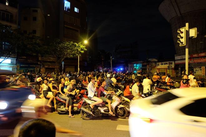 Chùm ảnh: Người dân quận 4 trắng đêm cầu nguyện trong trận hoả hoạn kinh hoàng ở cảng Sài Gòn 4