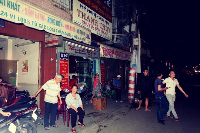 Chùm ảnh: Người dân quận 4 trắng đêm cầu nguyện trong trận hoả hoạn kinh hoàng ở cảng Sài Gòn 10