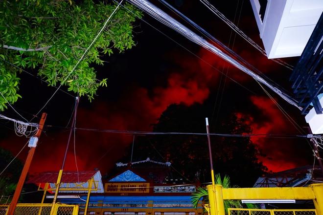 Chùm ảnh: Người dân quận 4 trắng đêm cầu nguyện trong trận hoả hoạn kinh hoàng ở cảng Sài Gòn 2