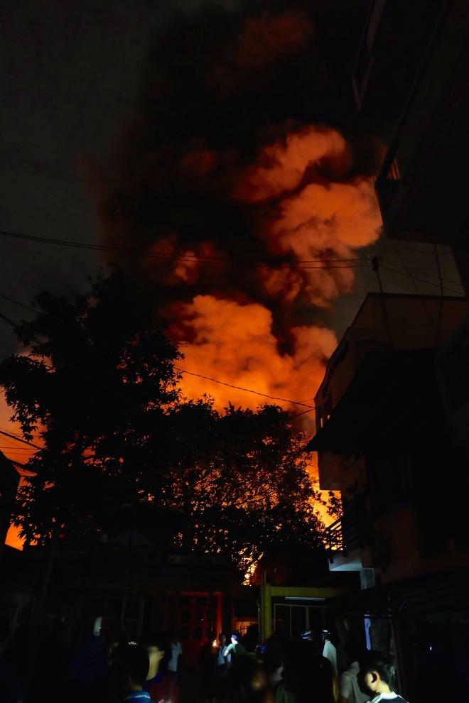Chùm ảnh: Người dân quận 4 trắng đêm cầu nguyện trong trận hoả hoạn kinh hoàng ở cảng Sài Gòn 3
