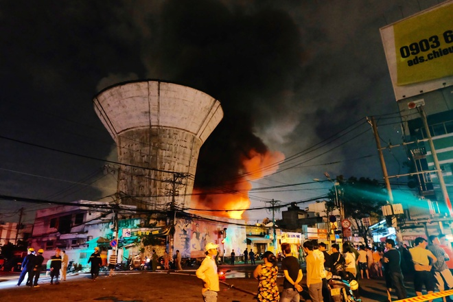 Chùm ảnh: Người dân quận 4 trắng đêm cầu nguyện trong trận hoả hoạn kinh hoàng ở cảng Sài Gòn 1